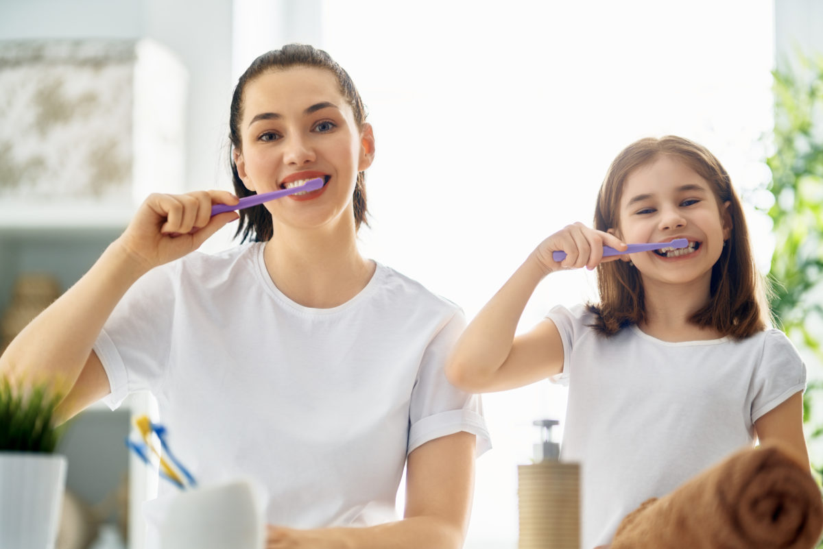 family-are-brushing-teeth-E5HSUXQ-1200x801.jpg